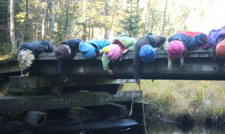 Mange barn på en bro.