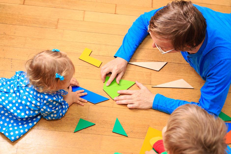 Barn og voksen som leker