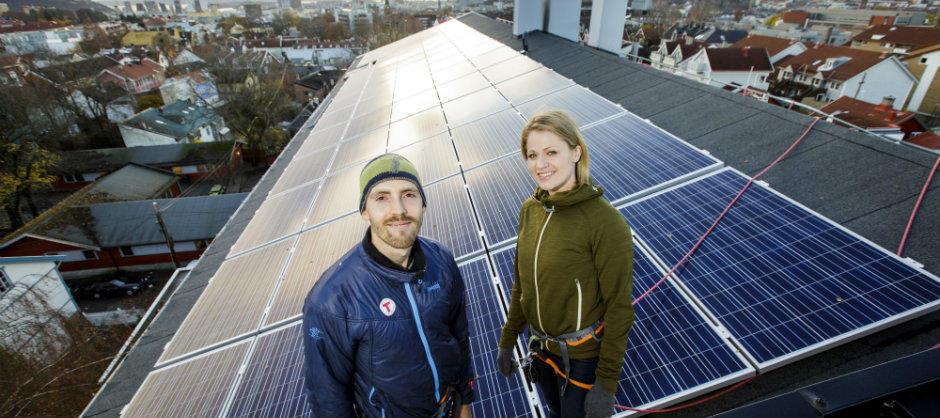 Lone Jessen og Per Lindberg har gjort Langgata 47 til Norges første borettslag med solceller. (Foto: Nyebilder.no)