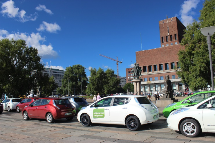 Figure 2: EV parade in front of the town hall. (Photo: parade@oslo kommune)