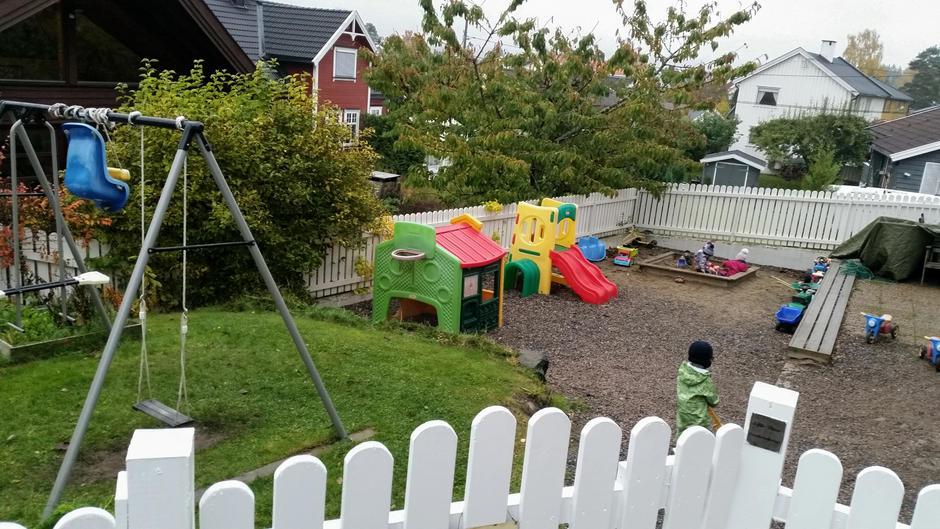 Bilde fra forsiden av uteområdet i barnehagen.