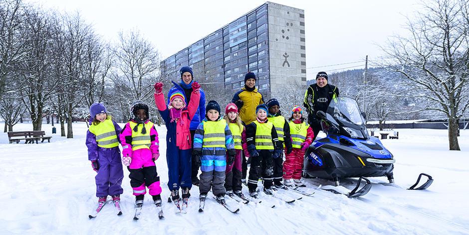 Barn og voksne om vinteren på Ammerud.