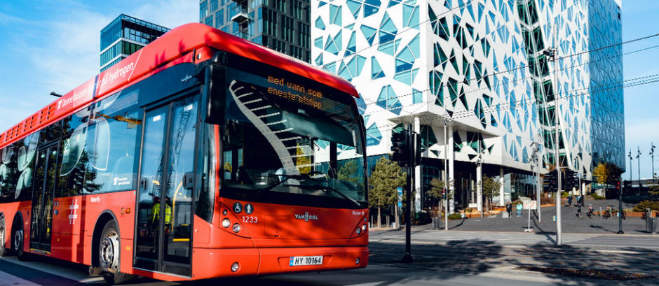 Oslo has a wide range of smart technology projects, such as hydrogen and electrical buses. (Photo: Krister Sørbø/City of Oslo)