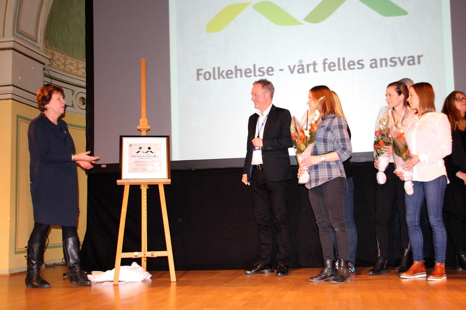 Ordfører Marianne Borgen deler ut Oslo Folkehelsepris til bydel Grorud.