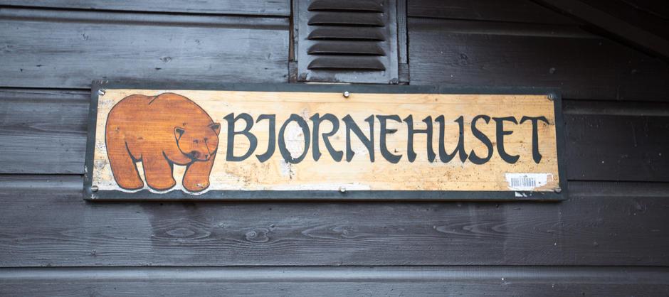 Skilt utenfor Bjørnehuset på St. Hanshaugen