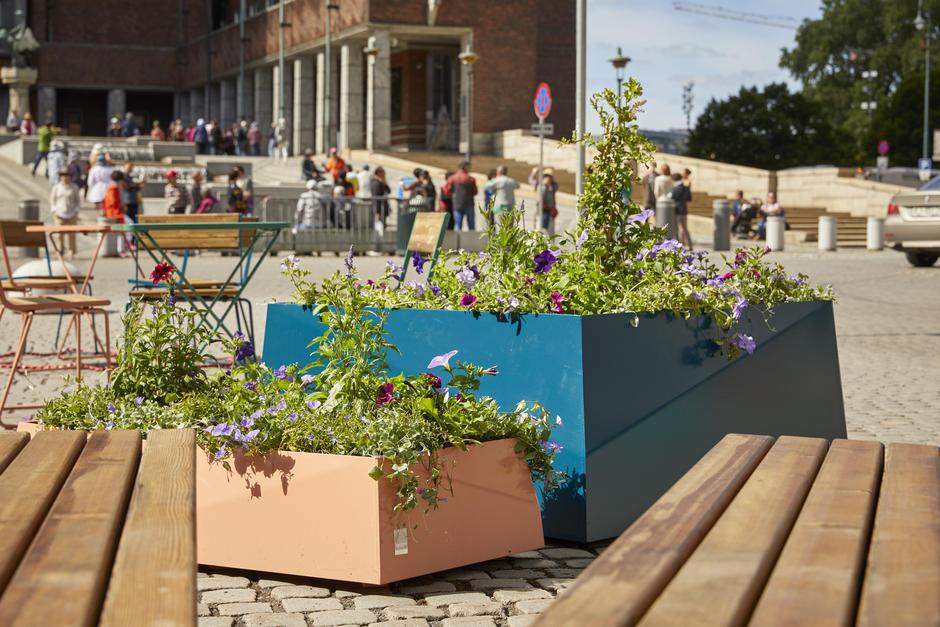 Blomsterkasser og sitteplasser på Fridtjof Nansens plass.