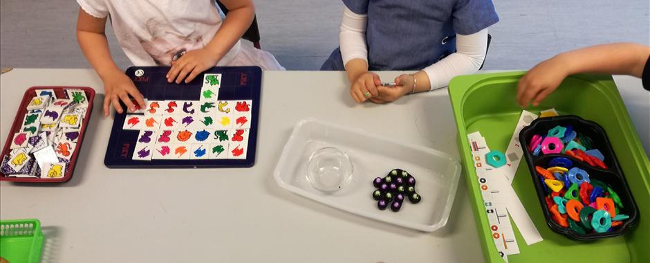 Barn leker og lærer med ulike pedagogiske leker og spill.