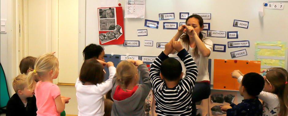 En barnegruppe med fransk barnehagelærer. Vi bruker anerkjent fransk pedagogikk.