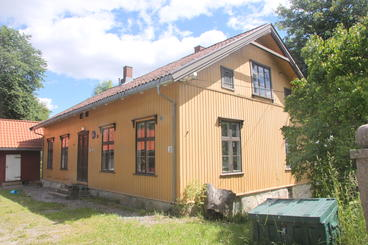 Gammel, gul skolebygning