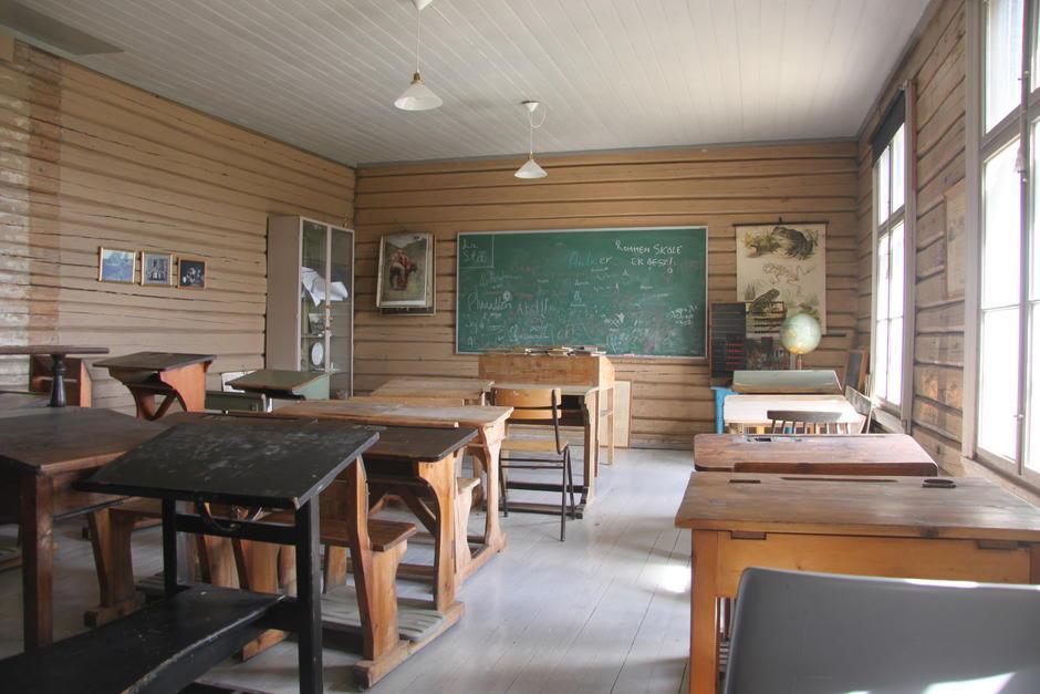 Gammelt klasserom med skolepulter