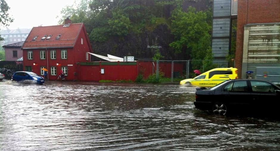 Overvann ved kraftig regn i krysset Maridalsveien–Telthusbakken.