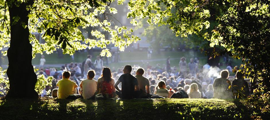 Masse folk i Sofienbergparken, grillosen ligger tett.