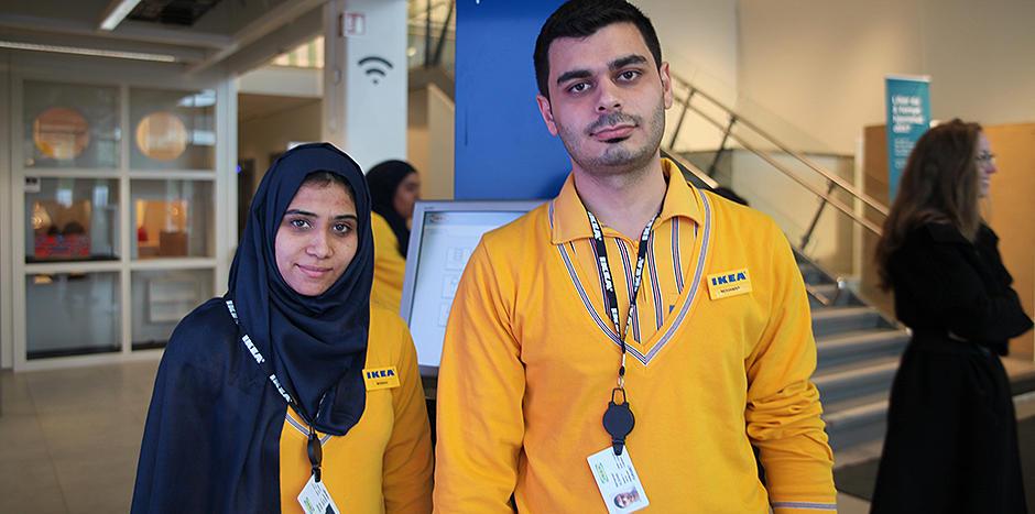 To personer i IKEA-uniform