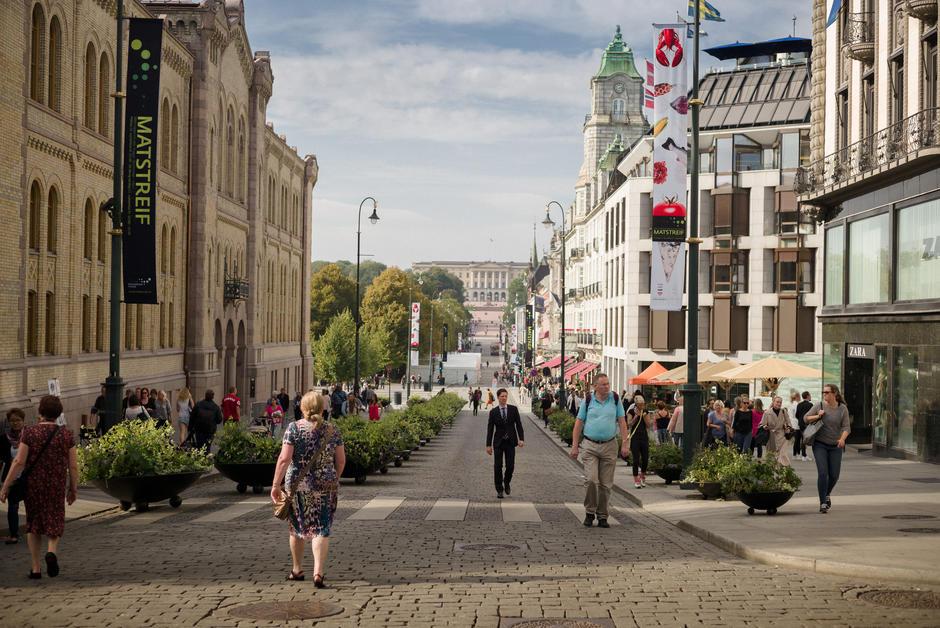 Stemningsbilde Karl Johans gate, utsikt fra Egertorvet mot Slottet.