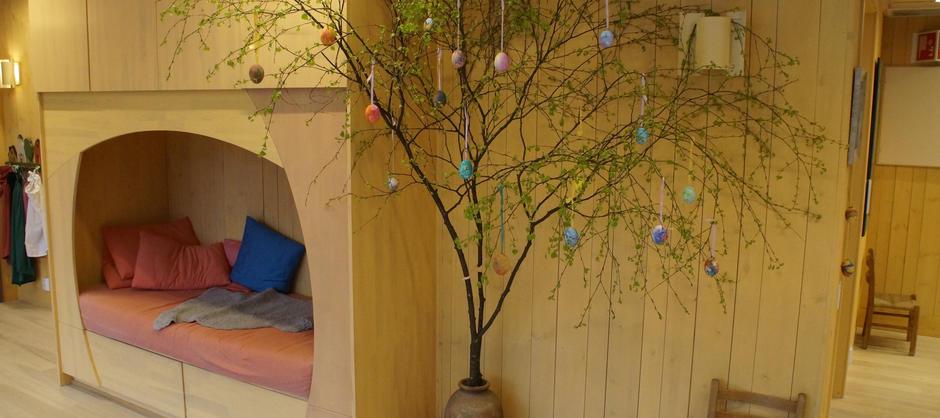 Barnehagens hvilkealkove og treet pyntet til påskefeiring