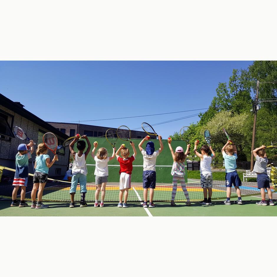 Bilde av barn på tennistrening på HTK