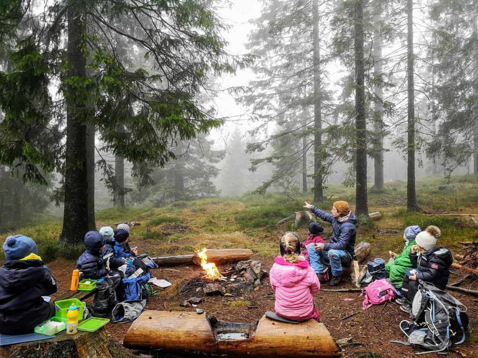 Bilde av oss foran bålet på tur i skogen
