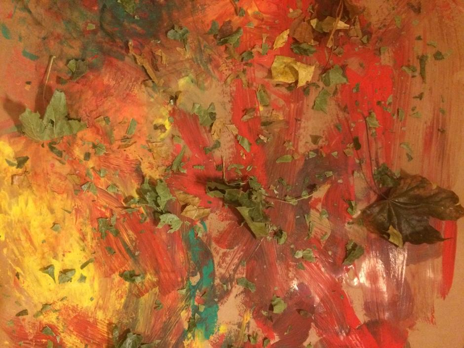 Et malt bilde av et barn bestående av høstensfarger pyntet med blader.