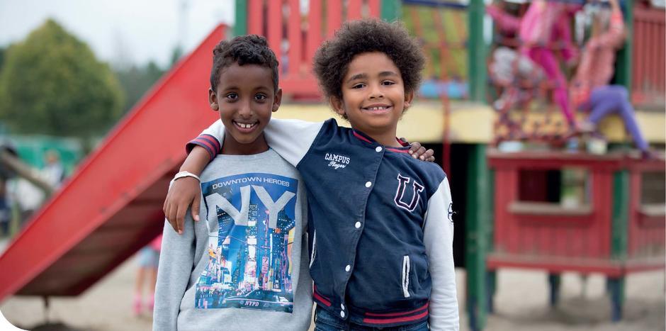 Bildet viser to gutter arm i arm