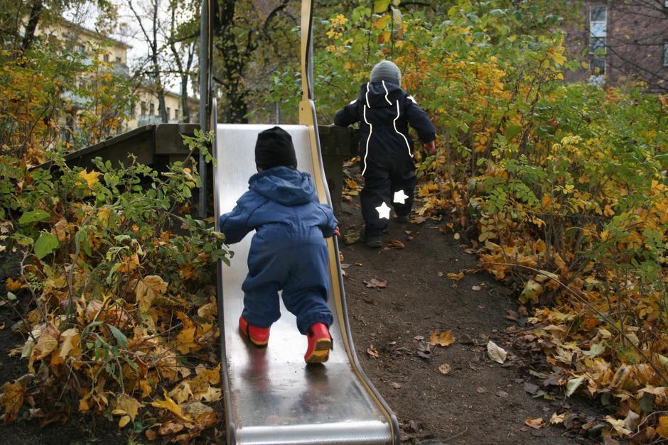 Barn på vei opp sklia.
