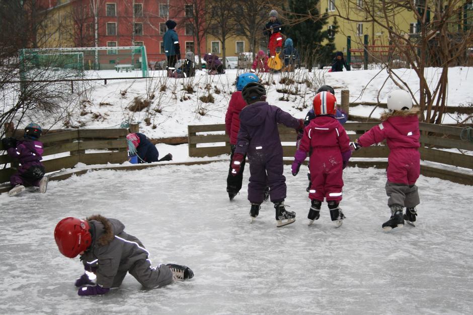 Barn i full sving på skøytebanen