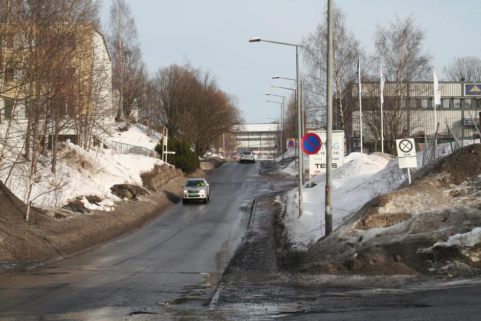 Vinterbilde av Verkseier Furulunds vei. Snø og industribygg.