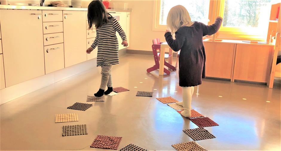 Barn som leker innendørs