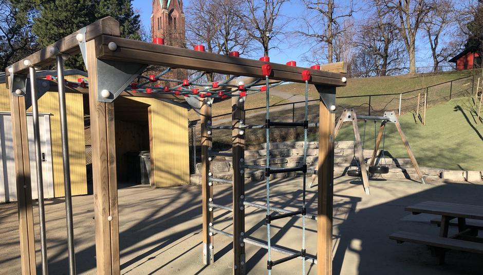 Klatrestativ utenfor Uranienborg barnehage. Uranienborg kirke i bakgrunnen.
