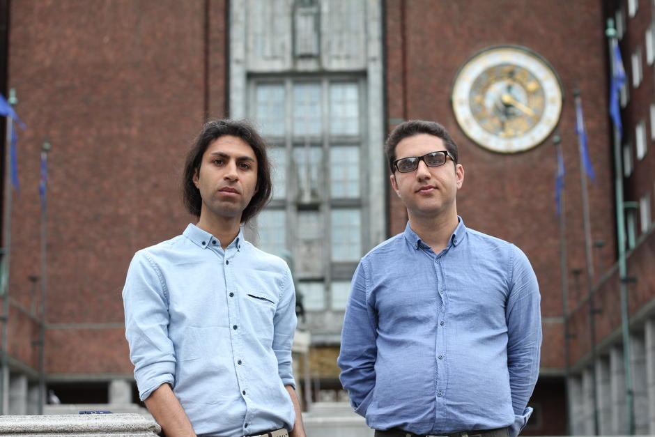 Emmanuel Shokrian og Benyamin Farnam foran Oslo rådhus.