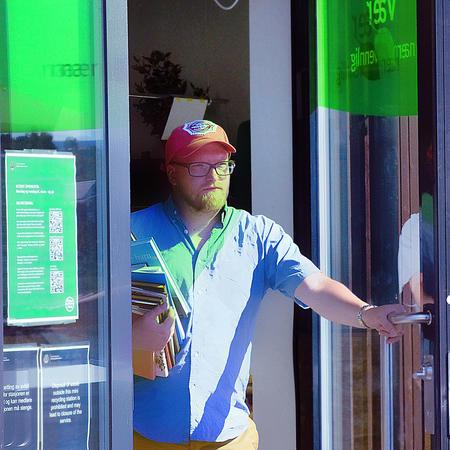 Mann går ut av sørenga minigjenbruksstasjon