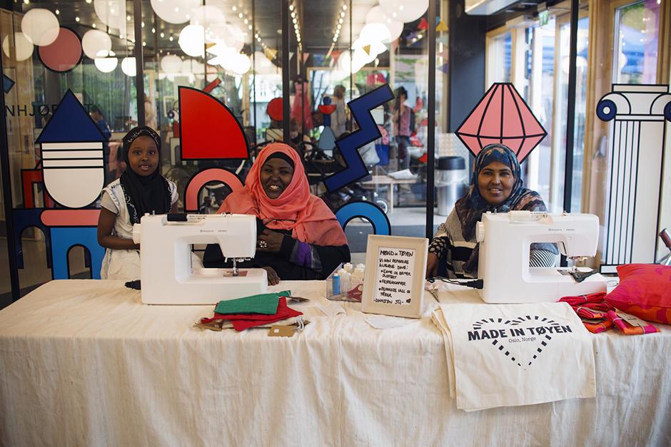 Kvinner selger egenproduserte varer under Tøyen Bazaar.