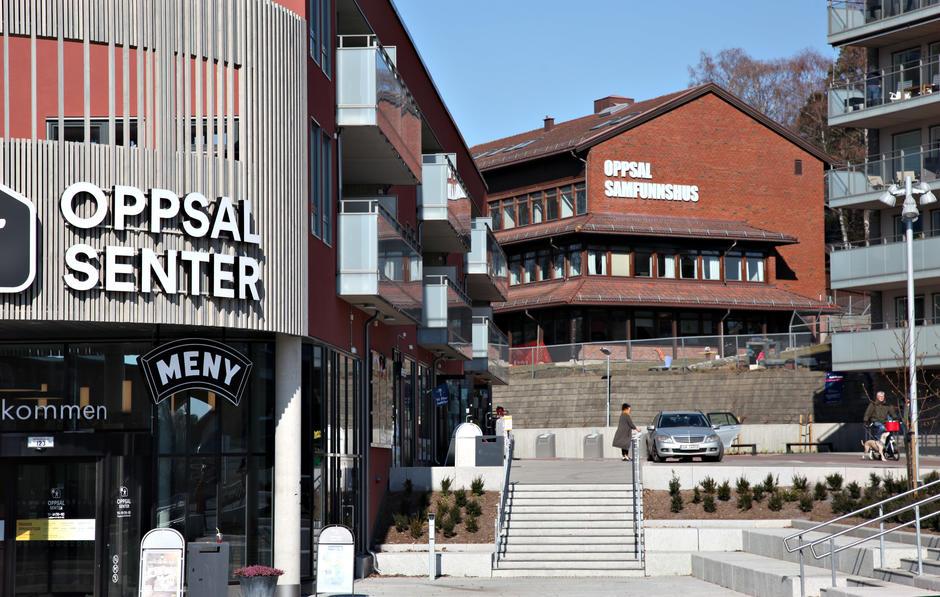 Områdebilde av Oppsal med kjøpesenteret og samfunnshuset.