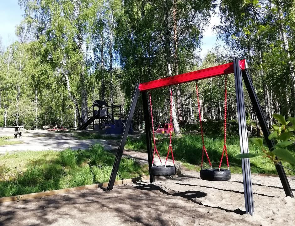 Huskene på lekeplassen i skogen