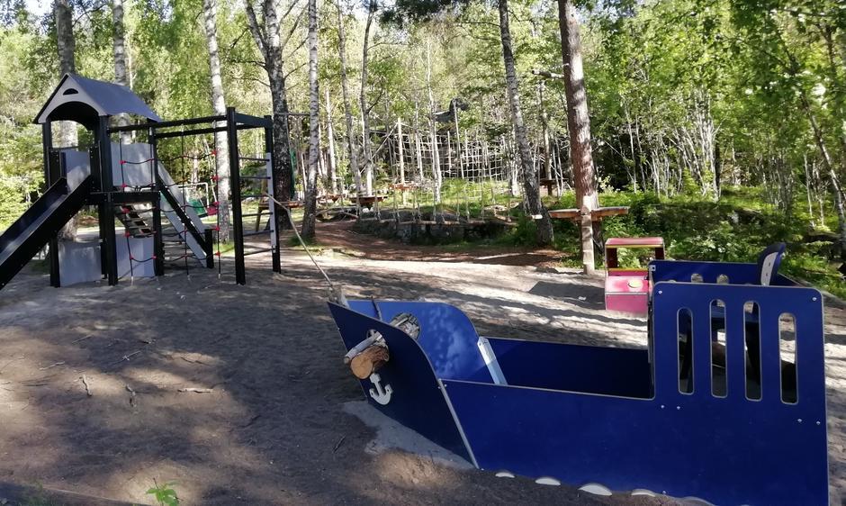 Lekeplassen er rett ved i skogen