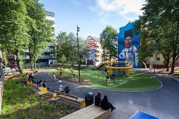 Sørli lekepark på Tøyen, veggmaleri av astronaut på huset i bakgrunnen