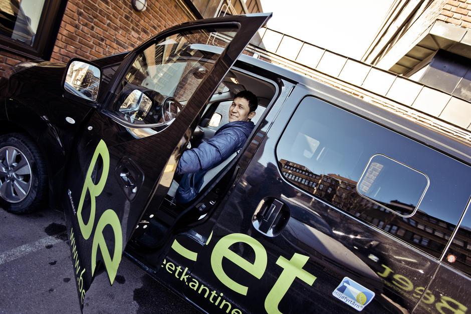 En mann i en elekstrisk varebil.