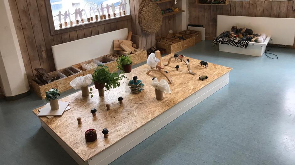 lekepodie med klosser, korker, dyr og urteplanter.