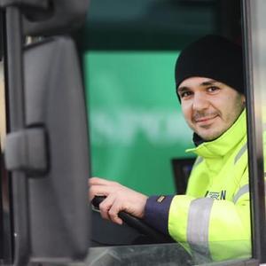 Mann i renovasjonsbil. Foto: Kenneth Hætta