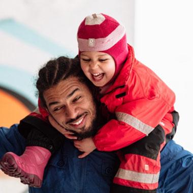 Bilde av et barn og en mann