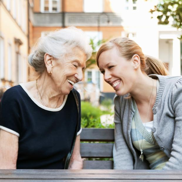 Eldre kvinne sammen med yngre kvinne