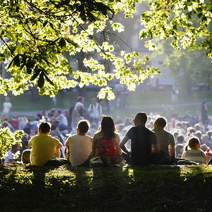 Masse folk i Sofienbergparken. Foto: Olav Olsen/NTB Scanpix