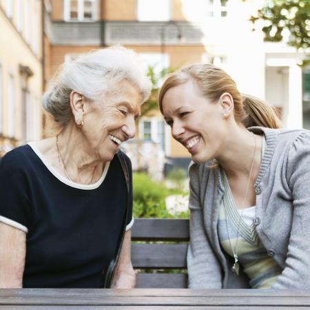 illustrasjonsbilde av en eldre dame og en yngre dame