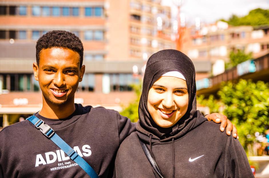 Kvinne og mann som smiler mot kamera
