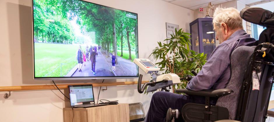 Beboer sykler på en TV skjerm ved hjelp av moderne teknologi.