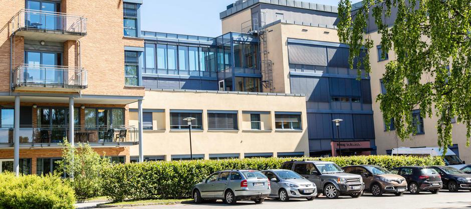 Bilde av inngangspartiet til Solvang helsehus sett fra parkeringsplassen utenfor.