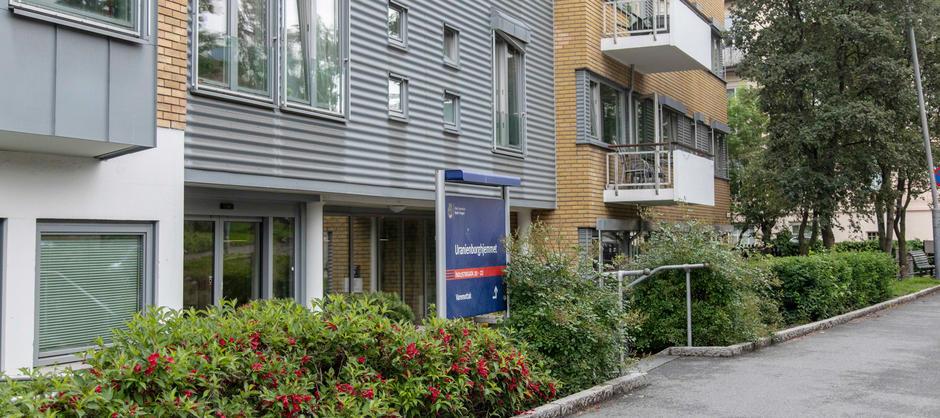 Bilde fra inngangspartiet til Uranienborg sykehjem sett fra gaten med beplantning langs inngangen.