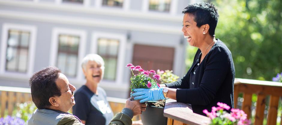 Aktivitører og brukere av tilbudet på Villa Enerhaugen planter blomster i byggets hageområde.