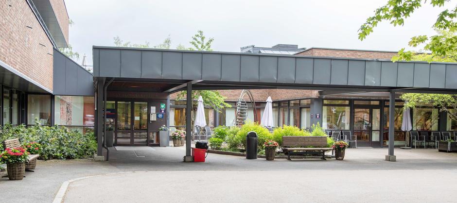 Bilde av inngangen og uteområde til Langerud Sykehjem.