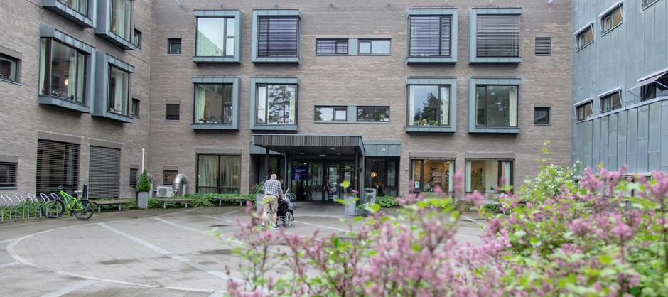 Bilde av inngang til Stovnerskogen sykehjem med beplantning utenfor.