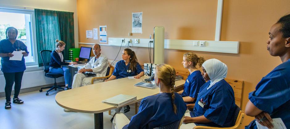 Bilde fra daglig faglig tavlemøte for ansatte der de gjennomgår pasientene ved Ryen helsehus.